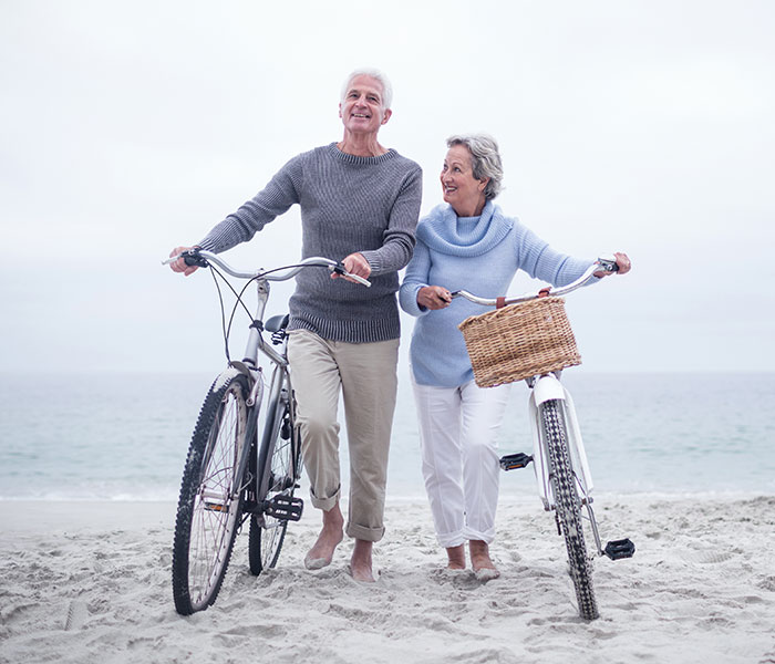 Mensen sportief met fiets aan de hand door CortoClinics